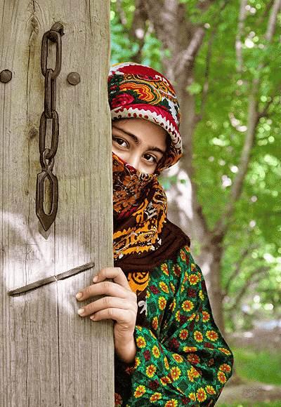 دختر روستایی پشت در