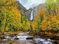 آبشار و درختان پاییزی